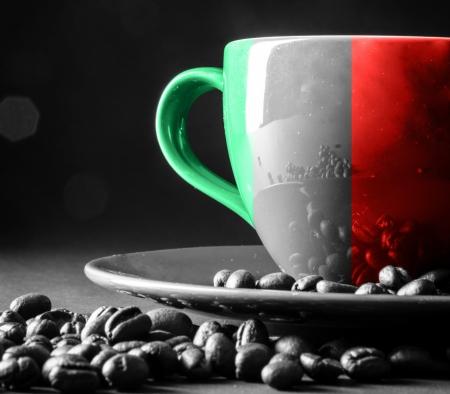italy flag: Bandera de Italia en la taza de café