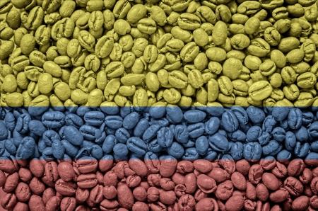 bandera de colombia: Bandera colombiana en los granos de caf� Foto de archivo