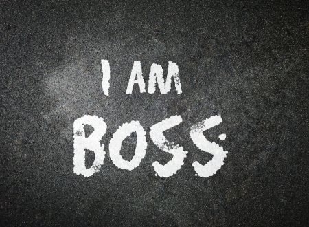 Ik ben BOSS handgeschreven met wit krijt op een schoolbord Stockfoto