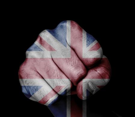 イギリス国旗の色で描かれた拳の低キー絵