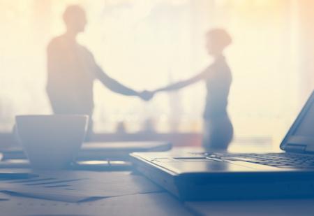 dialogo: dispositivos de negocio y documentos en el lugar de trabajo, no reconocido empresario compartir las ideas en el fondo