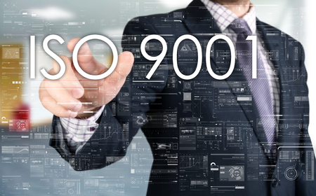 タッチ スクリーンから ISO 9001 をするビジネスマン