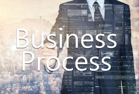 Geschäftsmann schreiben Geschäftsprozess auf einem virtuellen Bildschirm