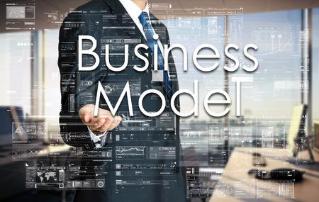 ビジネスマンは、仮想画面上のテキストのビジネス モデルを提示します。