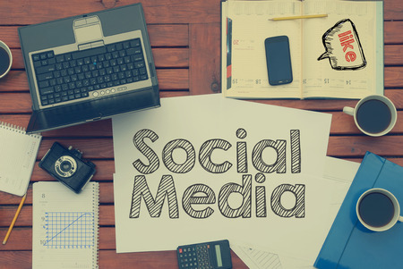 ソーシャル メディア内のコーヒー、携帯電話、ガラスのテーブルの上のテキストとノート。