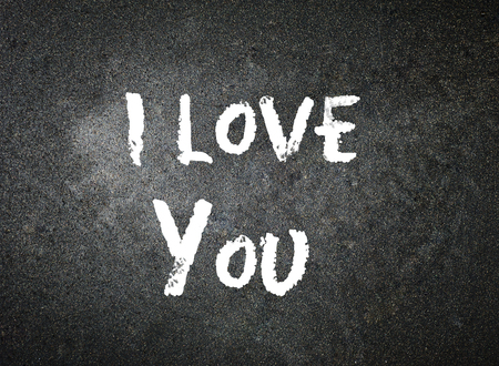 I love you handwritten with white chalk on a blackboard. 版權商用圖片 - 75830219