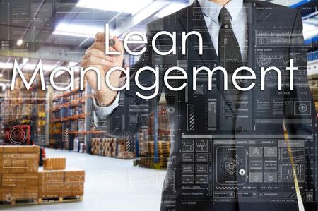 ビジネスマンは、倉庫の物流と接続されていることを書いています。リーン経営 写真素材