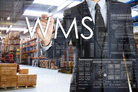ビジネスマンは、倉庫の物流と接続されていることを書いています。WMS