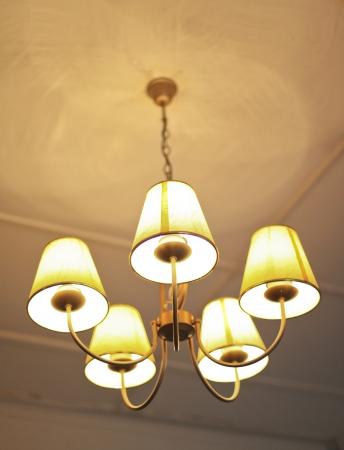 luz lámpara de araña hermosa que cuelga en el techo