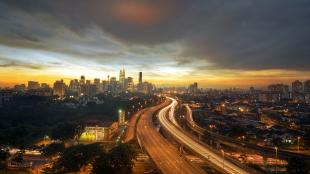 a highway lead to kuala lumpur city during sunset 版權商用圖片