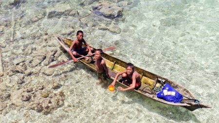 celebes: OMADA ISLAND,MALAYSIA-SEPTEMBER 23rd : Unidentified Sea Bajau childrens on the raft on August 30th, 2011 in Sabah,Malaysia.The Sea Bajau children here do not attend school due to lack of resources Editorial