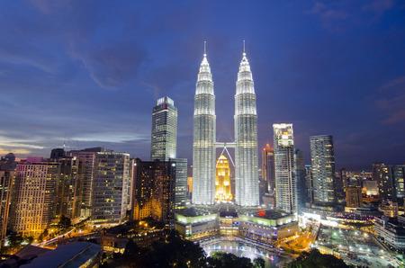 Panoramisch uitzicht van Kuala Lumpur stad tijdens zonsondergang. Noise iets lijken vanwege de hoge iso werd gebruikt