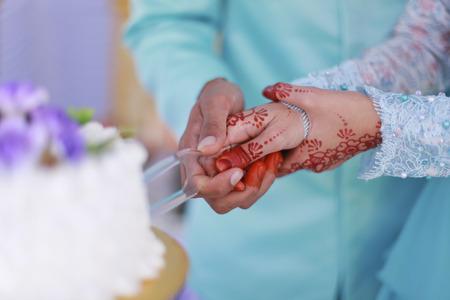 Bruid en bruidegom snijden de bruilof taart