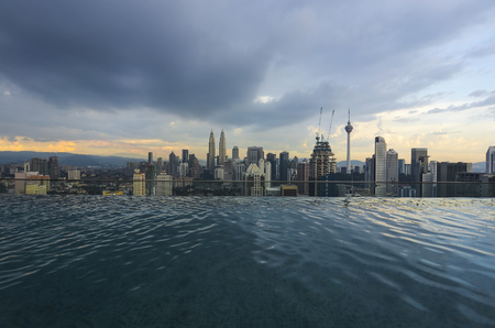 Beautiful scenery of Kuala Lumpur city during sunset. View from infinity pool 新聞圖片