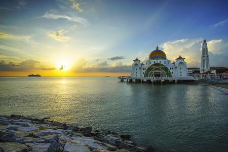 아름 다운 일몰 동안 말라 카 해협 모스크의 장엄한보기. 생생한 컬러 스톡 콘텐츠