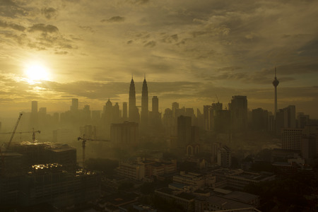 Silhouette of Kuala Lumpur City during dramatic sunrise on hazy day. 版權商用圖片