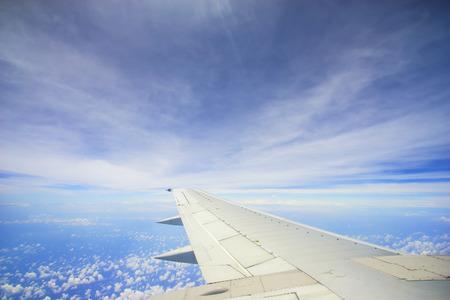 Unic wolkenformatie met blauwe hemel, uitzicht van de vlucht ramen met copyspacegebied.