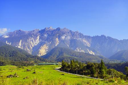 背景の美しい青空と雄大な山のキナバルのビュー
