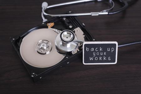 disco duro: Un escaneo estetoscopio para la información perdida en un disco del disco duro con una copia de seguridad a bordo de los archivos de la palabra Foto de archivo