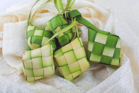 Ketupat (Rijst knollen op een witte achtergrond) Stockfoto