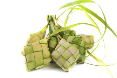 Ketupat (pastelito de arroz sobre fondo blanco)
