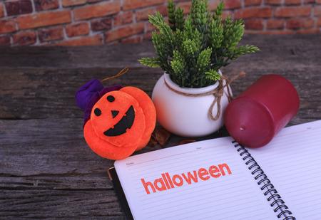 adn: Cabeza de la calabaza, vela del ADN de un cuaderno escrito de Halloween en el fondo de madera