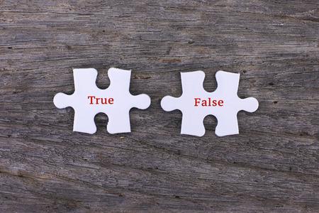 Missende witte puzzel met positief True False en copyspace gebied