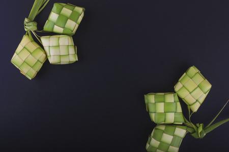 Ketupat(米饺子)在黑背景。Ketupat是一种自然米饭套管,由年轻椰子叶子制成,用于在EID穆巴拉克期间烹饪米饭