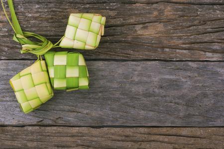 Ketupat (団子) は東南アジアでお祭りのシーズン中に地元の珍味です。Ketupat、若いココナッツから作られた自然米の筐体は、炊飯の葉.