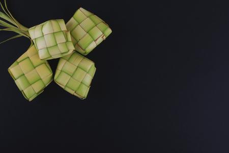 Ketupat(米饺子)在黑背景。Ketupat是一种天然的大米外壳,由年轻的椰子叶制成,在开斋节期间用来烹饪大米