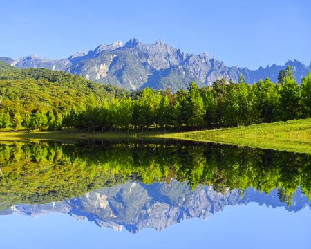 lombriz de tierra: Reflexión del Monte Kinabalu durante el cielo azul.