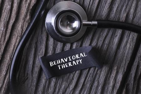 Medisch Concept-GEDRAGENDTHERAPIEwoord dat op etiketmarkering wordt geschreven met Stethoscoop op houten achtergrond Stockfoto