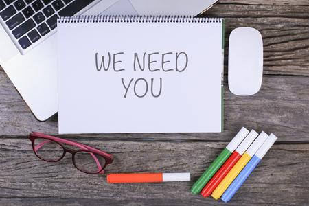 We hebben je nodig tekst op houten bureau met tablet-pc en het toetsenbord