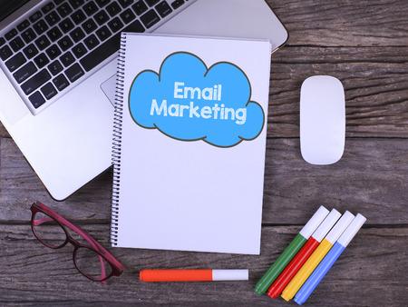 Bureau tafel met laptop, koffiekopje, bril, Notebook schrijven Email Marketing