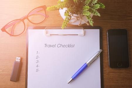 Business concept - Top view notebook schrijven Reis Check Lijst