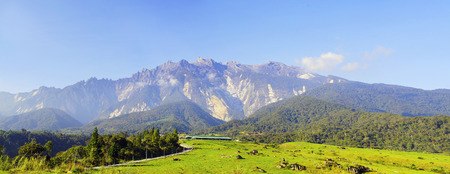 View van de majestueuze Mount Kinabalu met mooie blauwe hemel op de achtergrond