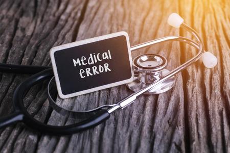 Stethoscoop op hout met medisch fout woord als medisch concept