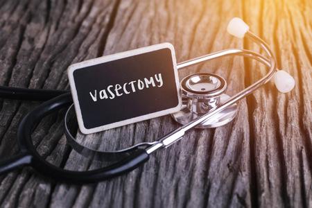 Stethoscoop op hout met vasectomywoord als medisch concept