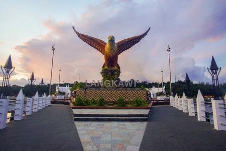 LANGKAWI, MALEISIÃ‹ - 15 JUNI 2017 - Prachtige zonsondergang op Eagle Square, Dataran Lang is een van de bekendste door mensen gemaakte attracties van Langkawi, een groot beeldhouwwerk van een adelaar klaar om te vliegen.