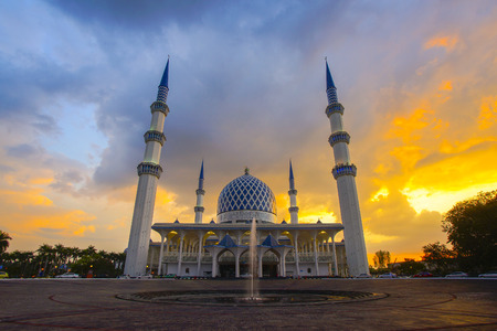 Sunset of Masjid Negeri Shah Alam or well known officially as Mosque of Sultan Salahuddin Abdul Aziz Shah. Stok Fotoğraf