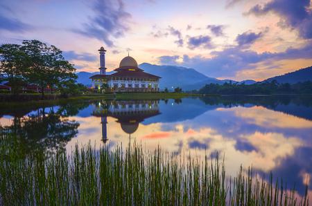 Spiegel reflectie van prachtige moskee tijdens zonsopgang Stockfoto