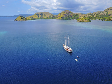 Beautiful aerial view of beaches and tourist boat sailing in Flores Island, Indonesia 免版税图像