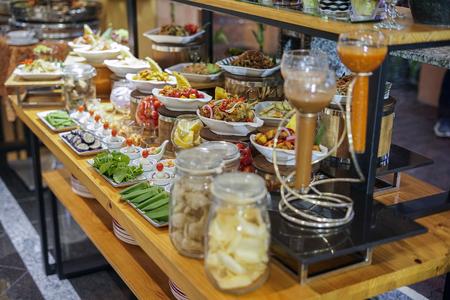 各种各样的甜点在酒店为斋月自助餐