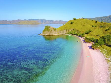 Vista aérea de la hermosa playa rosa en la isla de Flores.