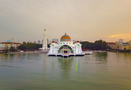 Aerial view of Majestic Malacca Straits Mosque during sunset 免版税图像