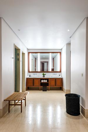 luxury bathroom: Beautiful large bathroom in luxury hotel