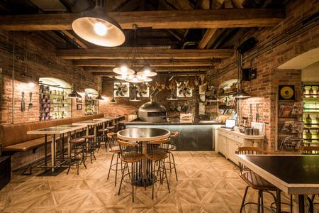 Interior rústico de madera del restaurante pizzería Foto de archivo - 79399899