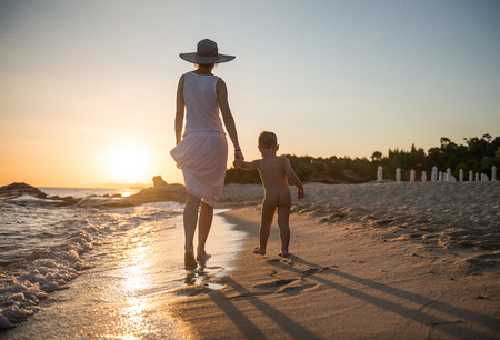 Obucite osobu iznad - Page 40 80415711-woman-adn-her-son-walking-at-beach-in-sunset