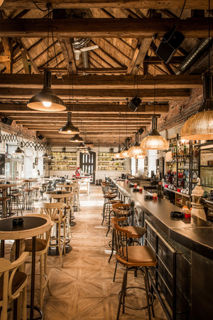 Restaurant met luxe woodn ciling Stockfoto