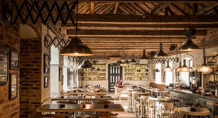 Wodden plafond en lampen in koffie-restaurant interieur